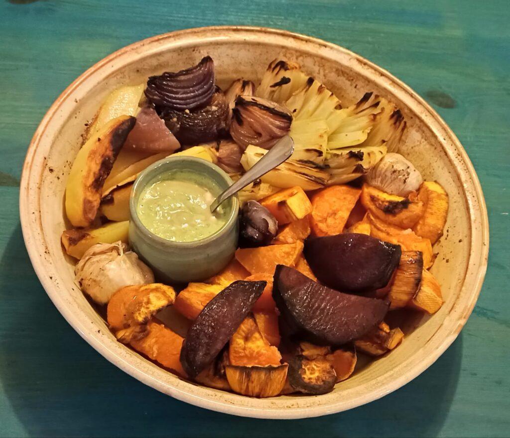 ירקות שורש בתנור עם טחינה ירוקה