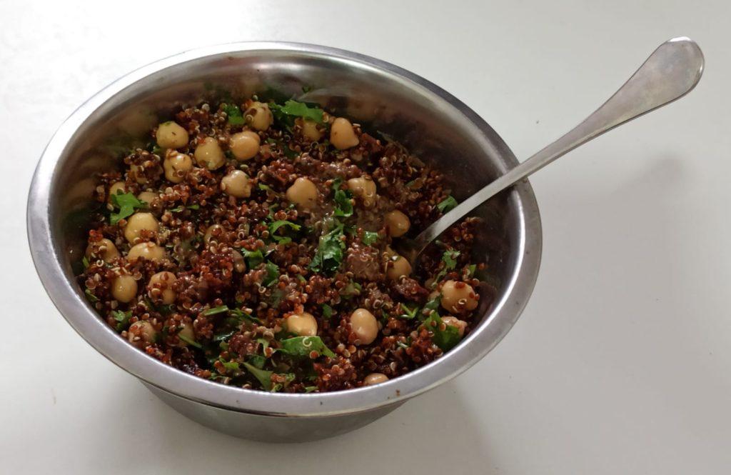 סלט קינואה אדומה, חומוס, עגבניות מיובשות
